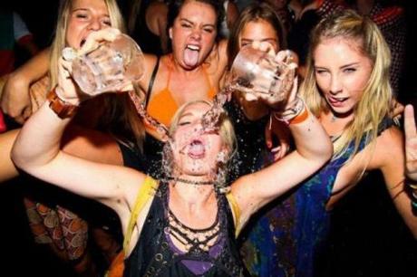 пьяные девушки в клубе фото
